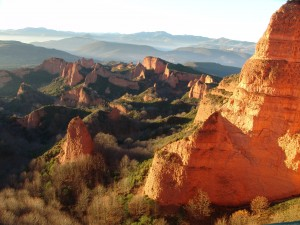 """Panorámica de Las Médulas"" by Rafael Ibáñez Fernández - Tomada por User:Rayet. Licensed under CC BY-SA 3.0 via Commons"